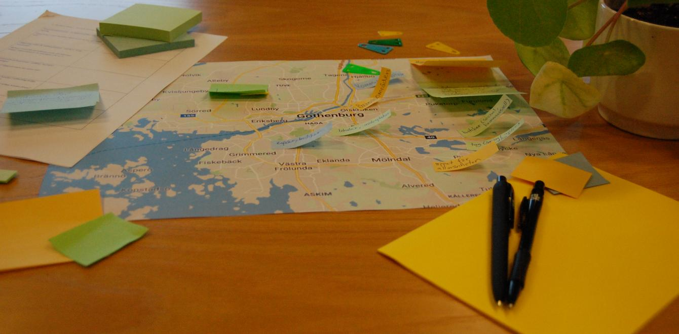 Map, pen and post-its